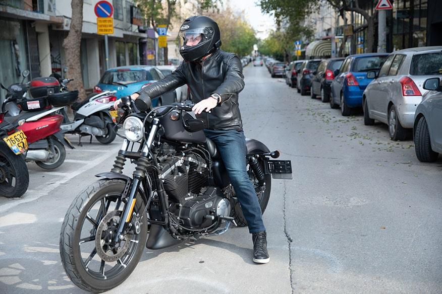 motociclista parcheggiato sulla strada