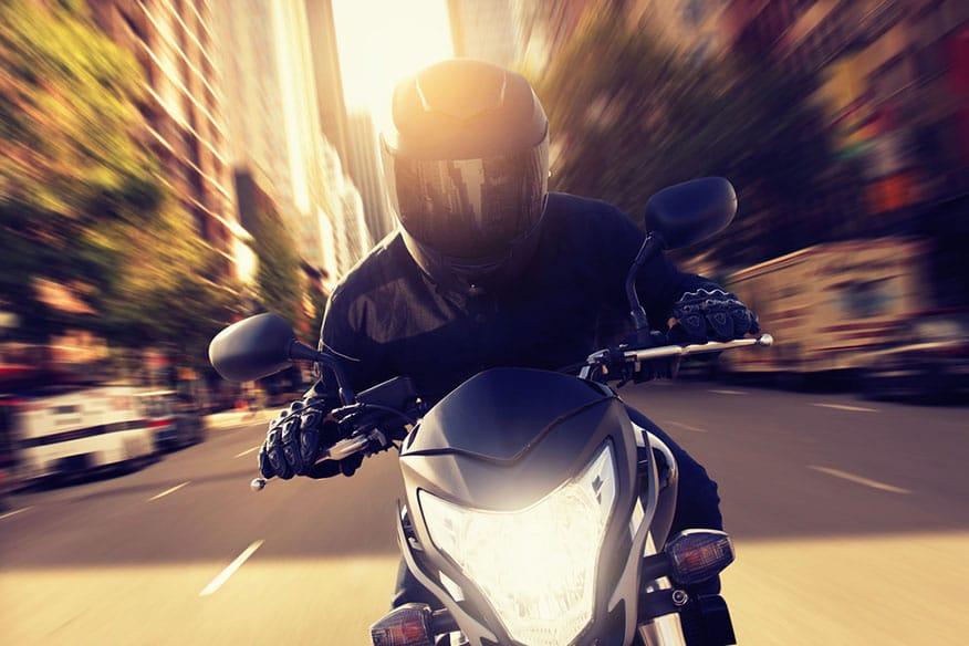 motociclista in sella verso la telecamera